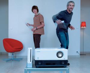 Videoprojektor Epson EMP-TWD10: Taugt auch für Action-Abende mit der Spielekonsole Wii. Foto: Epson